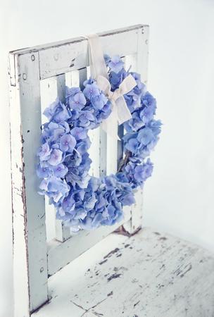 Blauwe hortensia bloem krans op vintage houten bakcground