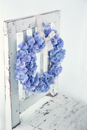 Blue hydrangea flower wreath on vintage wooden bakcground Banco de Imagens