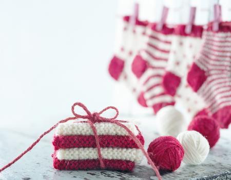 Kleine sokken en bollen wol Kerstmis