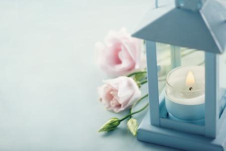 핑크 꽃과 블루 랜턴에 작은 촛불 - 애도 개념