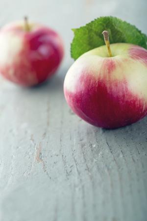 Rode appel op houten achtergrond met vintage editing