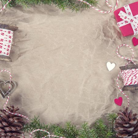De achtergrond van Kerstmis met rustieke bruine inpakpapier en vintage decoraties