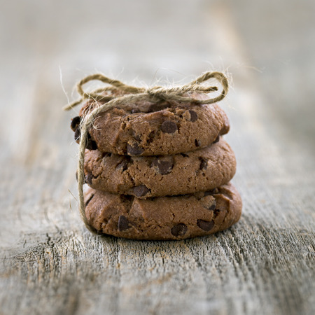 Stapel chocolate chip cookies op rustieke vintage houten achtergrond