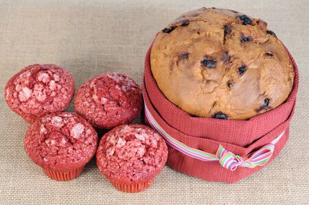 mini muffins and big cake on burlap Banque d'images - 133503048