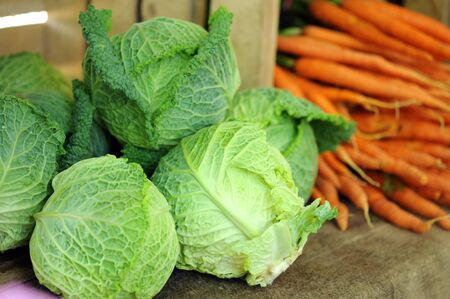Un gruppo di verze e carote al mercato