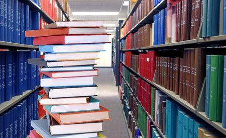 Bildungskonzept mit Buchstapel in der Bibliothek