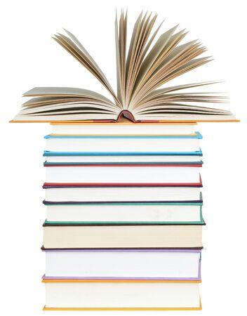 otwarta książka na stosie książek