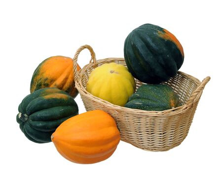 Courge poivrée colorée avec panier isolated on white Banque d'images