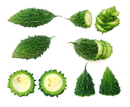zwei Ansichten von Bittermelone isoliert auf weißem Hintergrund