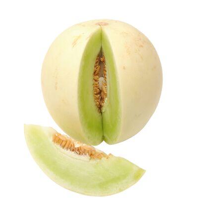 Schneiden und ganze grüne Melone isoliert auf weißem Hintergrund