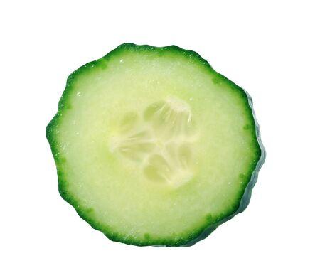 une tranche de concombre isolé sur blanc Banque d'images