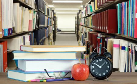 books in the shelf in library for education concept Banque d'images - 137146317