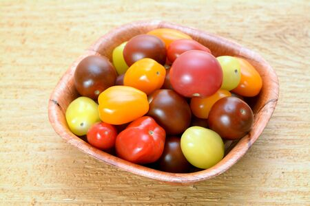 A group of organic cherry tomatoes in bowl on table Banque d'images - 138153171