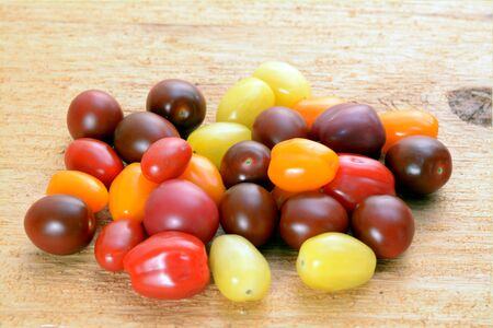 A group of organic cherry tomatoes on table Banque d'images - 138153165