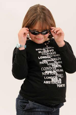 sole occhiali: giovane adolescente bella toccando i suoi occhiali da sole sorridente con fossetta nella guancia
