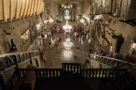 WIELICZKA, POLEN - 3. JUNI 2019: St. Kinga's Chapel in der Haupthalle im Salzbergwerk Wieliczka, UNESCO-Weltkulturerbe in der Stadt Wieliczka, Südpolen