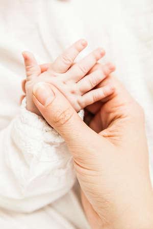 Eine Nahaufnahme eines Babys Hand