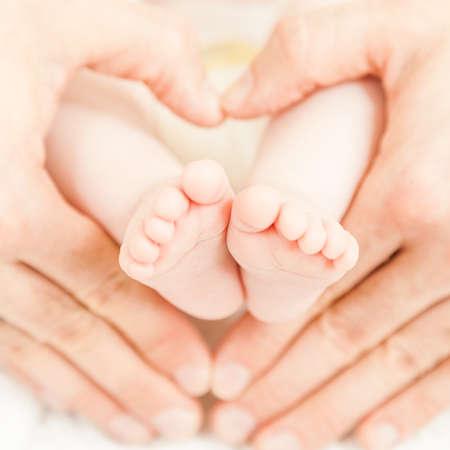 babyvoetjes: Een close-up van de kleine baby voetjes