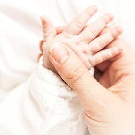 bebes recien nacido: Un primer plano de una mano del beb� Foto de archivo
