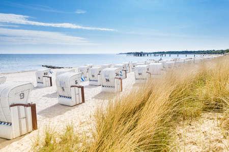 Blick von einer D�ne am Strand St�hle Lizenzfreie Bilder