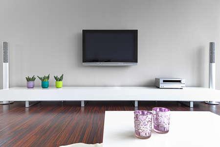 Moderne Wohnzimmer mit TV und HiFi-Anlage Lizenzfreie Bilder