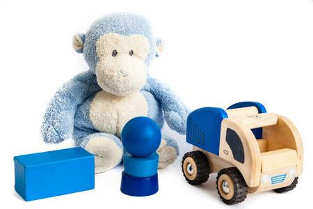 Ein Spielzeug Affe und Holzbausteine ??isoliert auf wei�