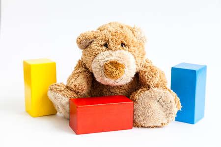 Ein Teddyb�r und Holzbausteine ??isoliert auf wei�