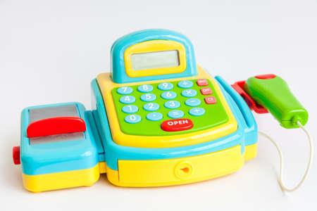 Ein Plastik-Spielzeug Registrierkasse isoliert auf wei�