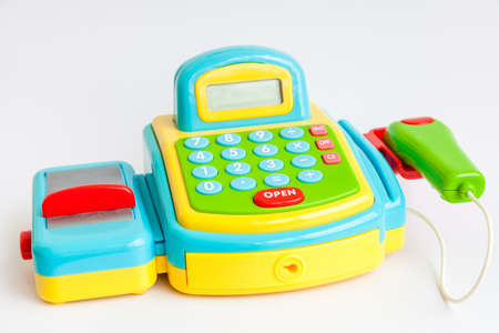 Un registratore di cassa di plastica giocattolo isolato su bianco