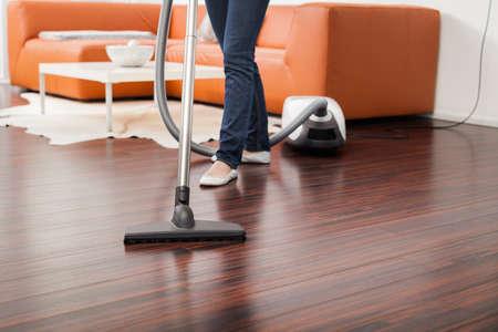 mujer limpiando: Primer plano de aspiradora en la sala de estar Foto de archivo