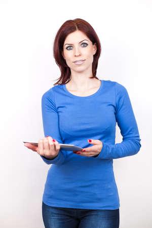 Attraktive Frau mit Tablet PC steht auf wei?em isoliert