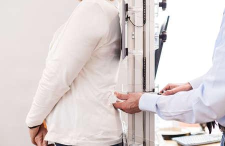 Measuring the back of a customer Standard-Bild