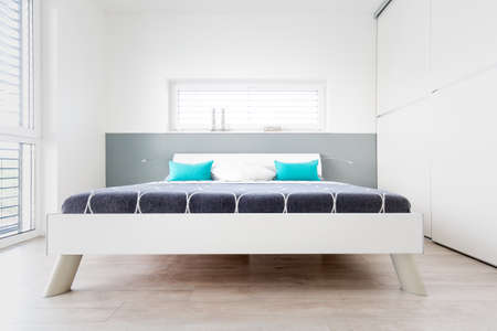 turqoise: Modern Mster Bedroom with large Window and wooden floor