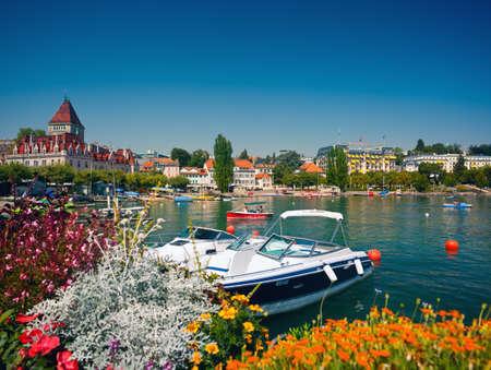 ローザンヌ、スイス - 2012 年 8 月 19 日: 人々 に乗って船、岸壁 Ouchy の徒歩ローザンヌの