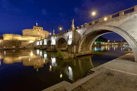tiber: Vista de noche de Roma, el r�o T�ber, el castillo de Sant y el puente