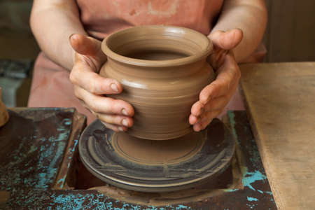 earthen: Mani di un vasaio, creando un vaso di terra sul cerchio, primi piani