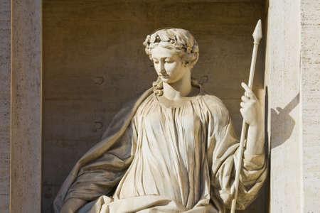 escultura romana: Fragmento de una fuente de Trevi. Roma, Italia  Foto de archivo