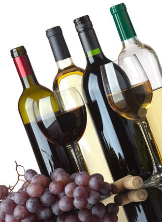 cave: Plusieurs bouteilles de vin rouge et de blanc, deux verres et les raisins isol� sur fond blanc