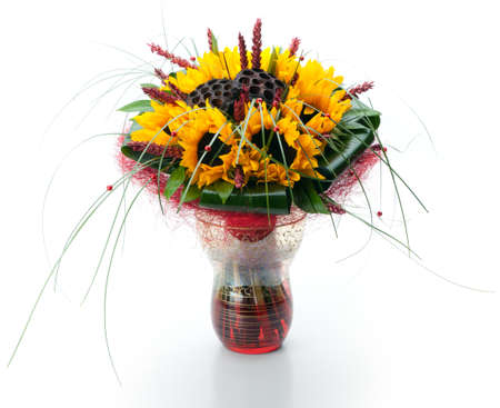 arreglo floral: Festivo ramo compuesto de girasoles y largo césped en un florero de vidrio sobre un fondo blanco