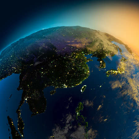 población: Vista nocturna de Asia desde el satélite a las luces brillantes de las ciudades en la salida del sol desde el este