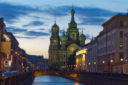 Eines der wunderbaren Aussicht auf Sankt Petersburg White Nights Kirche des Erlösers auf Blut befindet sich im historischen Zentrum von Sankt Petersburg am Ufer des Canal Griboyedov Nähe Mikhailovsky Garden und dem Stables gelegen, nicht weit von der Champs de Mars Lizenzfreie Bilder
