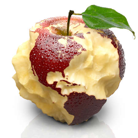 Červené zralé jablko. Jeho Šťavnatá dužnina hluboce vyřezávané oceány.