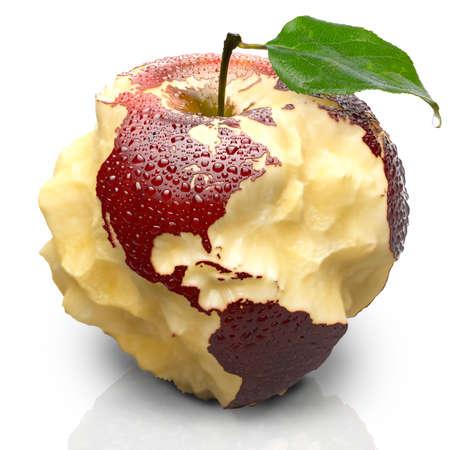 赤い熟したリンゴ。そのジューシーなパルプ海洋深く刻まれています。