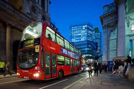 lineas verticales: Autob�s de dos pisos cerca del Royal Exchange en Inglaterra en la noche. Threadnedle Street. Londres. Fotograf�a tomada con la lente tilt-shift, las l�neas verticales de la arquitectura conservada