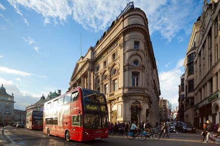 LONDON - 13. Oktober: Piccadilly Circus in London am 13. Oktober 2012 in den letzten Strahlen der Sonne. Piccadilly Circus ist eine Kreuzung und den öffentlichen Raum des Londoner West End in der City of Westminster. Photograph mit der Tilt-Shift-Objektiv, vertikale li übernommen