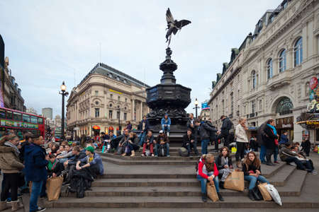 lineas verticales: LONDRES - 15 de octubre: Piccadilly Circus en Londres. Memorial fuente con Anteros, una de las primeras estatuas para ser emitidos en lugar aluminium.The tradicional encuentro de los j�venes. Fotograf�a tomada con la lente tilt-shift, las l�neas verticales de la arquitectura pre