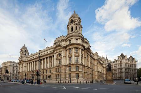 oficina antigua: Edificio antiguo Ministerio de la Guerra, visto desde Whitehall - la antigua ubicación de la oficina de la guerra, Londres, Reino Unido Paisaje urbano tiro con verticales de desplazamiento de lente tilt-manteniendo