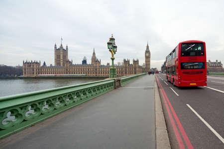 Westminster Bridge mit Blick auf das britische Parlament und Big Ben. London roten Doppeldecker Bus fährt in der Nähe
