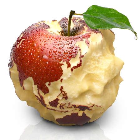赤い熟したリンゴ。そのジューシーなパルプ海洋深く刻まれています。大陸の正確な形状の形でリンゴの皮は水滴に覆われています。白い背景で隔