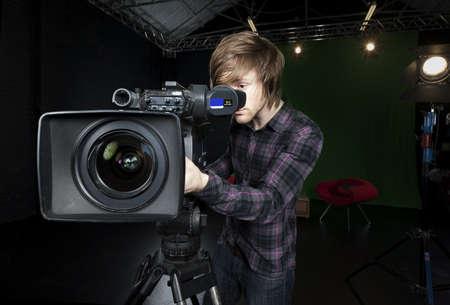 sucher: Operator sieht in den Sucher einer Fernsehstudio Kamera, mit Lichtern und CSO gr�nen Vorhang im Hintergrund